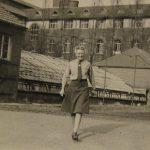 Foto 19 - Een van de verpleegsters op stap in de kloostertuin